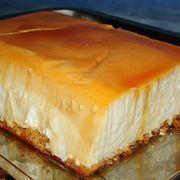 Tarta Flan de queso / Un molde de 1 1/2 litros con el fondo caramelizado,esta vez use un molde de plum cake,vamos quiero decir de mantecado . De base :suelo poner galletas de tosta rica (las de el) pero yo esta vez puse una plancha fina de bizcocho . Una tarrina de queso de untar ( San Millán, Filadelghia.......) Un vaso de los de 200 ml de leche El mismo vaso de azúcar,pero sin estar demasiado lleno. Un sobre de cuajada. 500 ml de nata. Unos 6 quesitos de los del Caserío