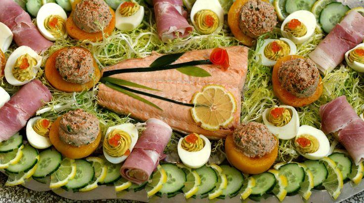 Een klassieke koude schotel met zalm Belle Vue, zoals we hem vaak zagen op familiefeesten. Ook de perzik gevuld met tonijn, ham met asperges en opgevulde eitjes lagen zeker en vast klaar. Een mooie schotel om trots op te zijn.