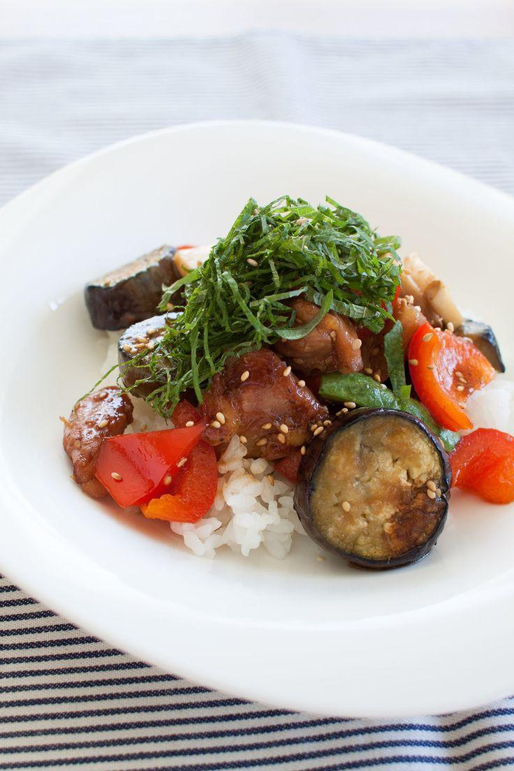 鶏肉と夏野菜のごま照り焼き丼 by tomo | レシピサイト「Nadia | ナディア」プロの料理を無料で検索