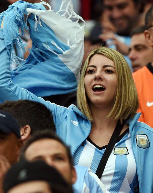 ユニホームを着て応援するアルゼンチンサポーター ▼10Jul2014日刊スポーツ 美女 - 写真特集 ブラジルW杯 http://www.nikkansports.com/brazil2014/photogallery/bijo/f-sc-tp0-20140710-1332112.html #Brazil2014