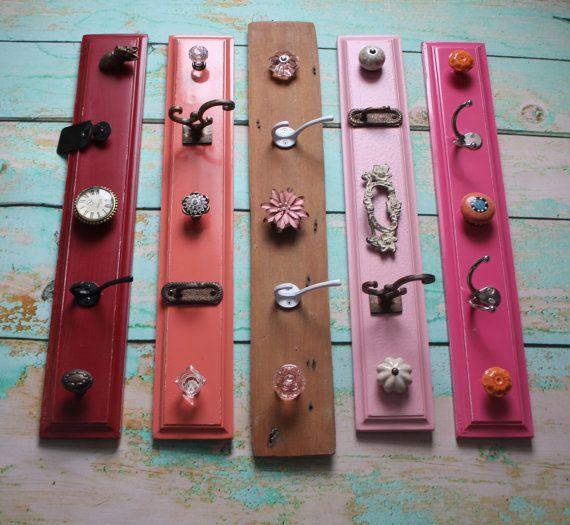 Ein einzigartiges und schönes organisatorische Stück, die sicherlich zu Farbe und Stil in jeden Raum zu bringen.  Dieses gemalte Haken-Board ist eine gute Möglichkeit zum Anzeigen von Ihren Schmuck, Schals, oder hängen alles, was Sie wollen, zu zeigen. Macht eine schöne Bügel-Halterung für ein Kinderzimmer! Die Vielfalt der klassischen Knöpfe und Haken schaffen einen eleganten Look in verschiedenen Farben und Formen. Kommt in rot, Koralle, Holz, hellrosa und Berry Pink. (Von unten nach oben)…