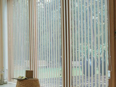 Când instalați jaluzele verticale aluminiu de înaltă calitate la birou sau acasă, atunci interioarele se păstrează la rece în timpul verii și păstrează căldura în interior în timpul iernii.