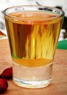 Настойка на шиповнике с кофе и апельсиновой цедрой иповник  300 г апельсиновая цедра  30 г; молотый кофе 10 г (1/2 ч.л.) водка  0,5 л. сахар  3 ст.л. Цедру снять её без белой мягкой части, чтобы в напитке не было горечи, предварительно подсушить. Хватит шкурки 1/3 плода.  1. Шиповник, цедру, сахар и кофе засыпать в банку. 2. Залить водкой, закрыть крышкой, несколько раз встряхнуть, поставить на 14-16 дней в темное теплое место. 3. Профильтровать через марлю. 4. Разлить в бутылки для хранения