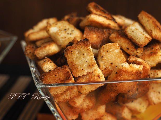 Crostini al rosmarino per vellutate e zuppe, speciali perché sono fatti in casa. #crostini #fattiincasa #homemade #rosmarino #fritti #zuppe #minestre #ricetta #recipe #italianfood #italianrecipe #PTTRicette