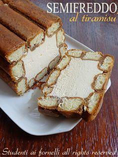 Il semifreddo al tiramisu è un dolce fresco e goloso preparato con una crema al mascarpone proprio come quella del tiramisù, savoiardi e caffè.