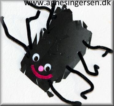 Edderkoppen er lige kravlet ind på bloggen, den er lavet af et barn som lige har fundet ud af selv at klippe hakker i karton :) :)  I indlægget er der også anvisning på hvordan edderkoppen kan laves af børn som kan klippe efter streg :) Her er indlægget om edderkoppen:  http://agnesingersen.dk/blog/edderkop2016 Husk at give mig noget credit når du bruger mine ideer <3 #edderkop #spider #araignée #Spinne #kriblekrable