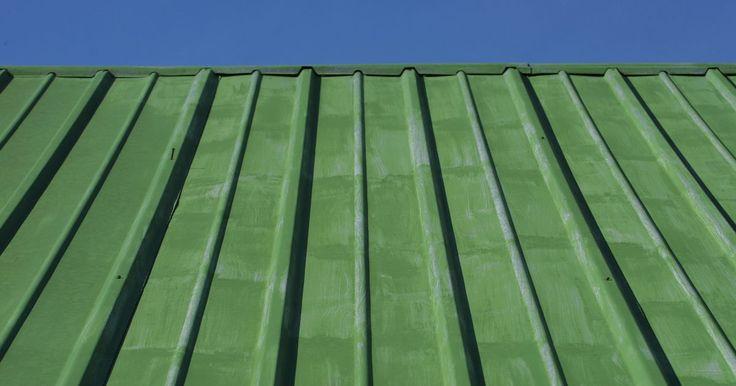 Que cores combinam com um telhado verde de metal?. Um telhado de metal confere a sua casa um brilho decorativo que indica um design moderno. Também são telhados energeticamente eficientes e que aumentam o valor de sua casa. Se você está a procura de tijolos, madeira, pedra ou tintas que combinem com um telhado verde de metal, as cores perfeitas vão depender do seu senso de estilo e preferências.