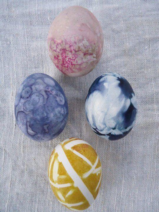 Underskatta inte vanliga vattenfärger, skapar fina mönster på påskäggen.