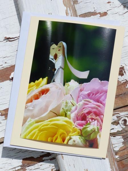 Das von mir handbemalte Glupperlhochzeitspaar hat sich in einem Brautstrauß versteckt.   Das Angebot umfasst die abgebildete Grußkarte mit Origin...