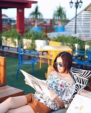 Everyone waiting for the sunset at The Shack Rooftop @dashbali  #repost from @aglaartalidia #travelwiththebeers  And this was our #favorite part of Dash hotel: it's rooftop bar, The Shack!  I mean, it's like a hidden gem. We didn't expect it to be so cool and gemasshh   #travel #travelcouple #hotelreview #vacation #bali #seminyak #dashhotel #rooftop #rooftopbar #boutiquehotel #hiddengem ™@aglaartalidia