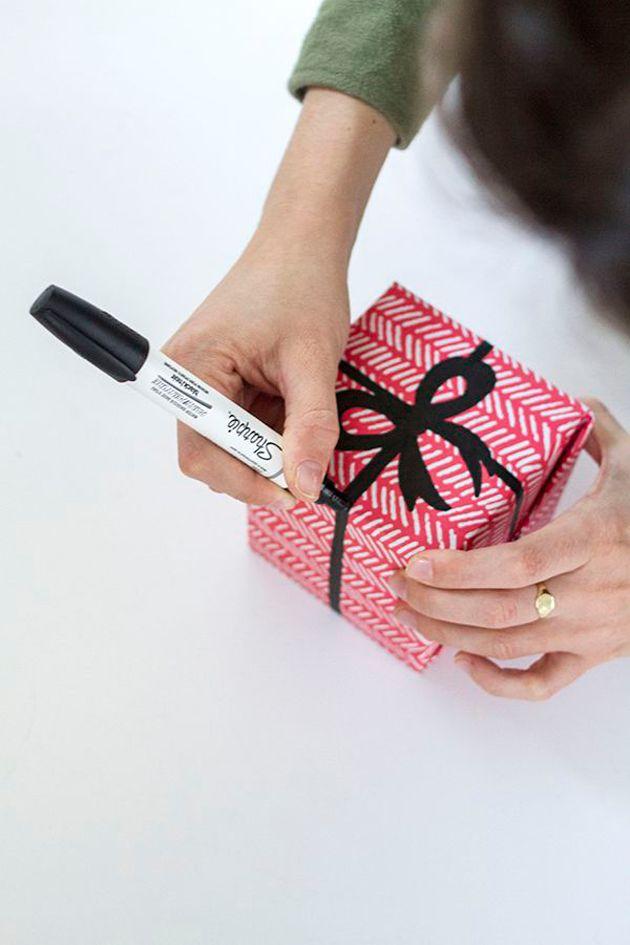La bonne idée du jour pour décorer ses paquets cadeaux  à moindre coût : dessiner le ruban à l'aide d'un feutre  #DIY #emballage cadeau