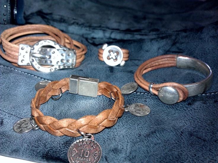 Mix de pulseras y anillo en cuero marrón y zamak.