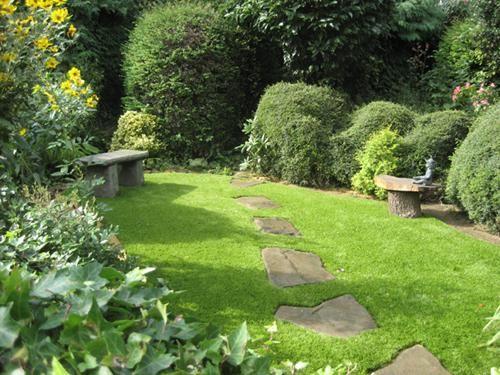 Como fazer um jardim inglês. Os jardins ingleses, ou cottage gardens, são um tipo de jardim muito apreciado pelo seu vasto gramado, diversidade de flora e presença de belos roseirais. É originário do século XVIII e foi principalm...