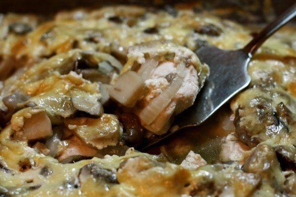 Куриная грудка с грибами запеченная с «Активией». Удивлены? Это очень вкусно    Моя семья просто обожает эту вкуснятину!          Ингредиенты: Куриное филе — 400 гЛук — 1 штГрибы — 300 грЙогурт «Активия» — 125 гСоль, специи по вкусу Приготовление: Грибы порезать и отварить. Ку…