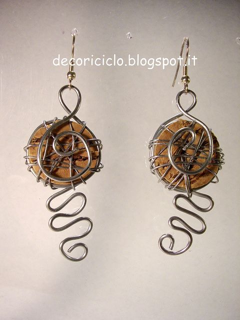 orecchini ghirigori by decoriciclo, realizzati con alluminio, filo zincato e tappi di sughero tagliati a fettine e modellati in varie forme.