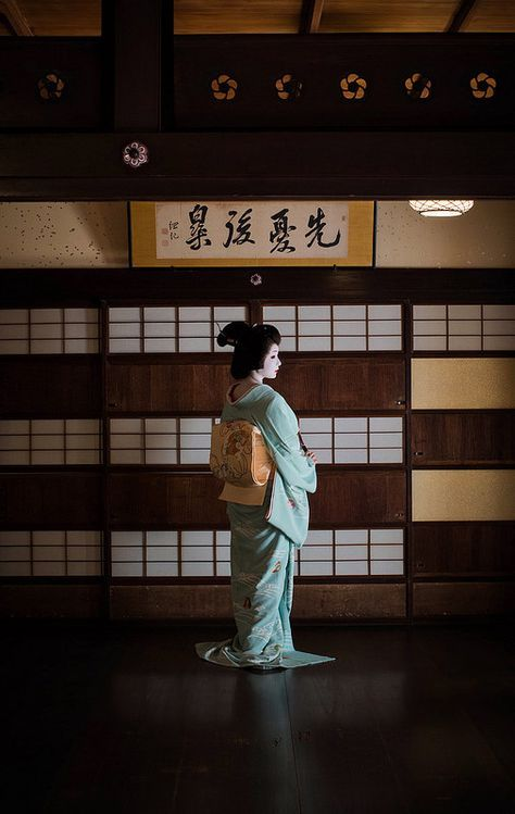 Geiko Toshimana at Nijyojinya. Photo by Hiseong Kim kyoto.flowertourism.net/maiko/.