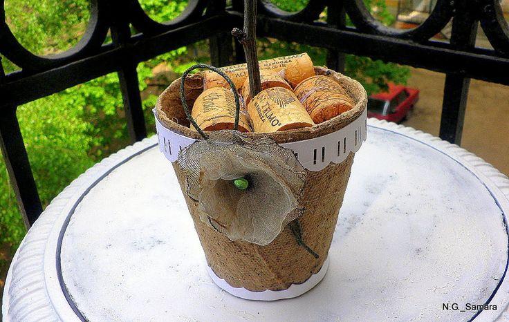 Декор торфяного горшочка без предварительной грунтовки или покраски. Использовала украшение лентой, сделанной краевым дыроколом. Сам цветочек сделан из полосок глянцевого журнала по методу, как украшают в магазинах коробки с подарками. В горшочек вклеены старые пробки от винных бутылок, - они держат ножку цветка. На боку горшочка приклеена сургучная печать, которую я сняла с кофейной банки. с др. стороны -- http://www.sdelaemsami.com/2012/05/blog-post_07.html