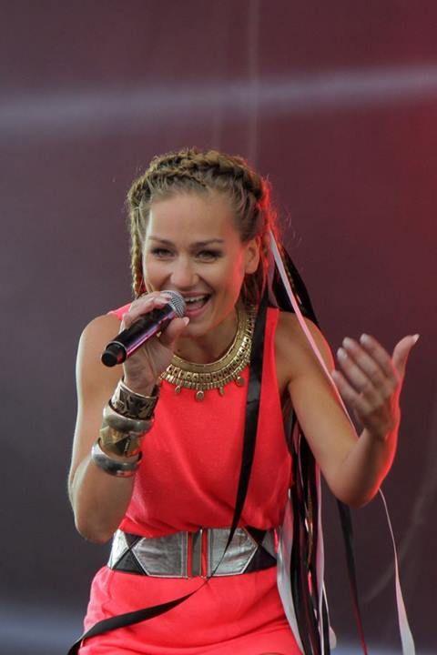 Mariola on stage is happy Mariola ((: