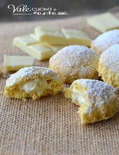 Biscotti al cocco con cuore al cioccolato bianco - Coconut biscuits with white chocolate heart