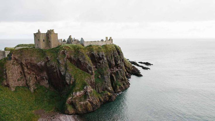 The Queen, James Bond en Monty Python zijn gek op de oude Schotse kastelen. Volg zelf de kastelenroute per auto en je leert ruig Schotland pas goed kennen. Een verslag van een Schotse en schilderachtige autoroute.</p>