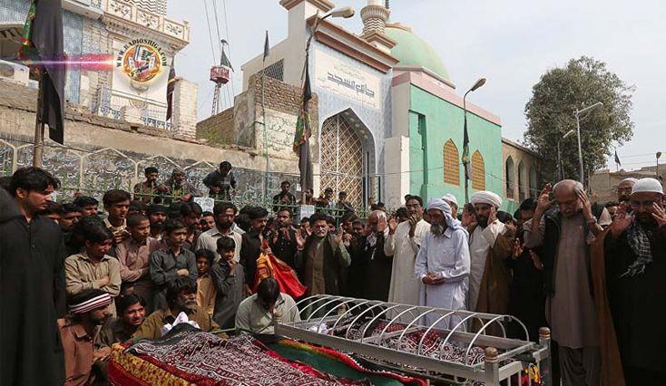 Forças Armadas do Paquistão matam mais de 100 militantes, 24 horas depois do ataque a santuário. As forças de segurança do Paquistão mataram mais de 100 mil