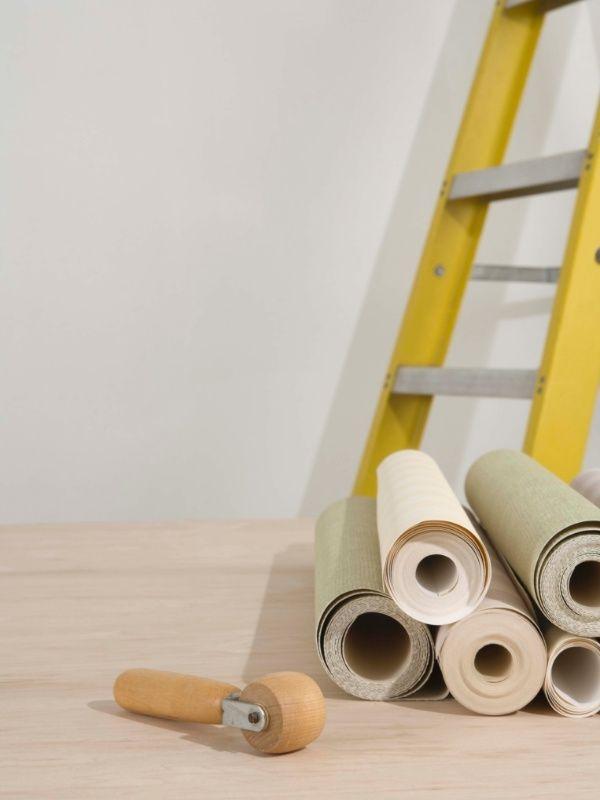 PARA PAREDES - Geralmente os proprietários não se opõem à pintura de paredes. Usar uma nova cor e dar destaque a algum ponto da estrutura, usando cor vibrante e sempre levando em conta o estilo e personalidade dos moradores, é uma boa decisão na decoração, além de ser a mais econômica. Podemos ainda usar papel de parede ao invés da tinta colorida ou painéis adesivos, que têm a vantagem de serem de fácil remoção quando o imóvel tiver que ser desocupado. O painel em madeira também se…