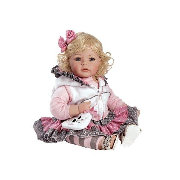 Deze Adora peuterpop heeft mooie blauwe ogen en echte wimpers. Ze heeft mooi blond krullend haar en ruikt heerlijk naar baby poeder. Ze draagt schattige kleertjes met een bijpassend tasje. Ze is ruim 50 cm groot.Een lieve pop om eindeloos mee te spelen.Leeftijdsadvies:3