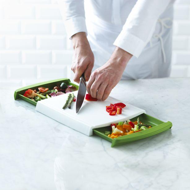 http://www.thekitchenette.fr/ustensiles-de-cuisine-m/Planches-%C3%A0-d%C3%A9couper-Pratique/Planche-%C3%A0-d%C3%A9couper-Chop-N-Clear-Trudeau/399 La planche à découper Chop'N Clear de Trudeau permet de couper et libérer la surface au fur et à mesure grâce à 2 tiroirs intégrés #découper #cuisine #planche #trudeau