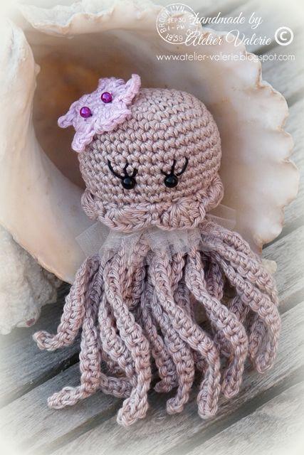 Een kwal woont diep in de zee en is best een eng zeewezen,   maar dit is een lieve kwal samen met een klein zeesterretje.          Het patr...