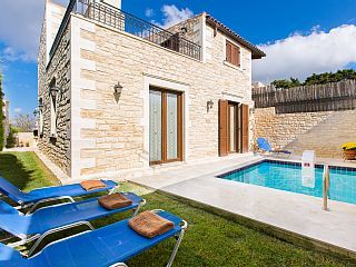 Private pool, Terrace with Outdoor dining area! Walking distance to shops!