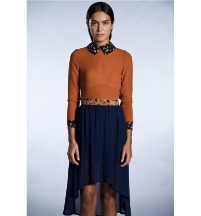 Blusa con cuello y puños estampados y falda asimétrica