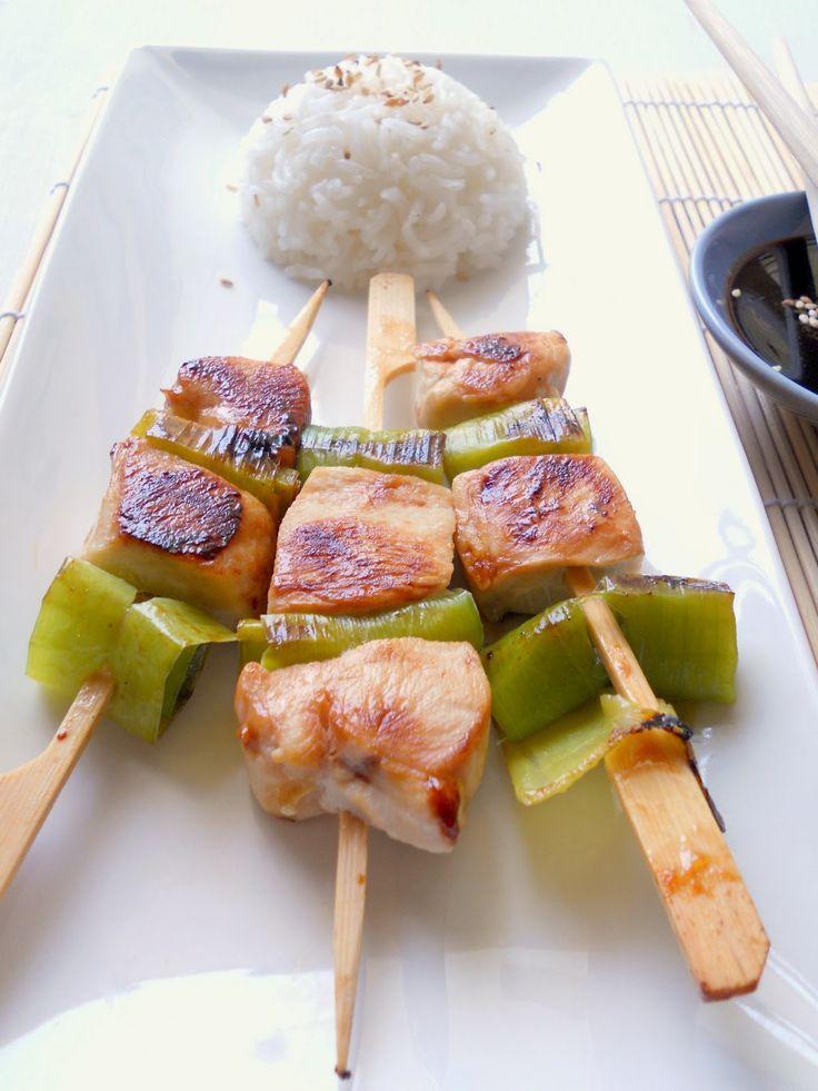 Yakitori sono degli spiedini di pollo, tipici della cucina giapponese. La parola letteralmente significa yaki ''grigliata'', e tori ''uccello'', ma esistono numerose varianti: asupara bekon sono f…