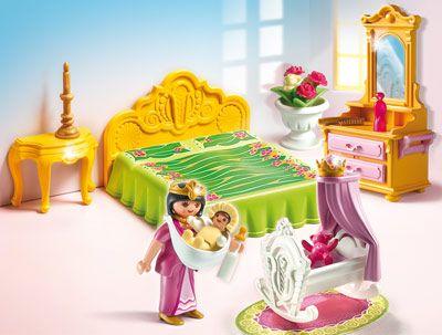 Include camera regala cu dulap si sertare, noptiera, si un leagan. De asemenea include o figurina mama si copilul acesteia, precum si alte multe accesorii (biberon, sticluta, candelabru…). Nu necesita baterii. Jucarie din colectia Magic castle. Recomandat copiilor cu varsta 4 ani +.