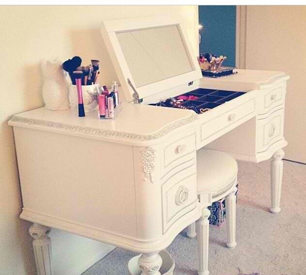White Makeup Vanity Wit Flip Up Mirror Makeup Vanities