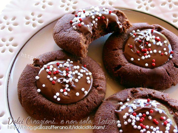 Biscotti al cacao farciti alla Nutella: deliziosi e irresistibili, questi biscotti friabili hanno un cuore morbido ripieno di crema al cioccolato...
