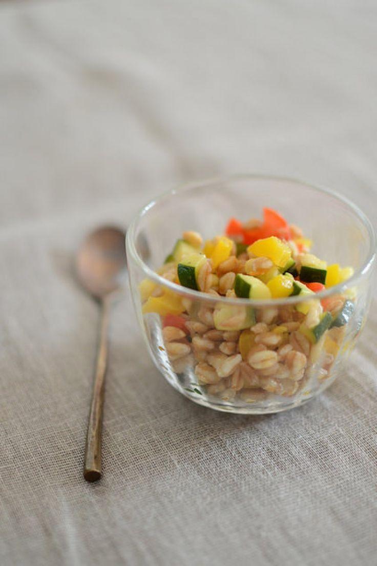 Insalata di farro con verdure saltate:  http://winedharma.com/it/dharmag/aprile-2015/insalata-di-farro-con-verdure-saltate-ricetta-vegana