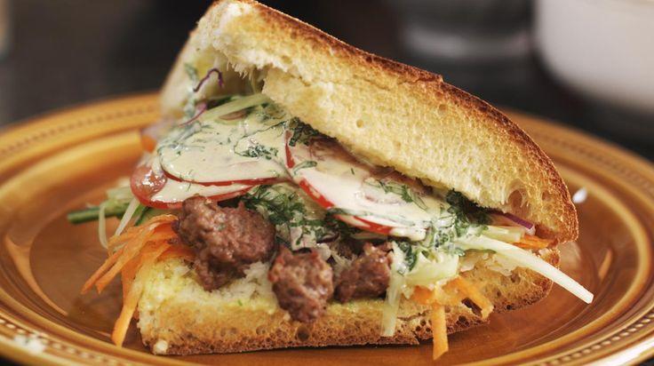 Iedereen kent wel kebab, de snelle hap uit Noord-Afrika. Jeroen toont je hoe je zelf zo'n Afrikaanse hamburger maakt met kruidig lamsgehakt, een frisse yoghurtdressing en fijne groentjes. Niemand verplicht je natuurlijk om je aan zijn recept te houden: roep je vrienden samen en trakteer ze op een verrassende kebab à la carte!