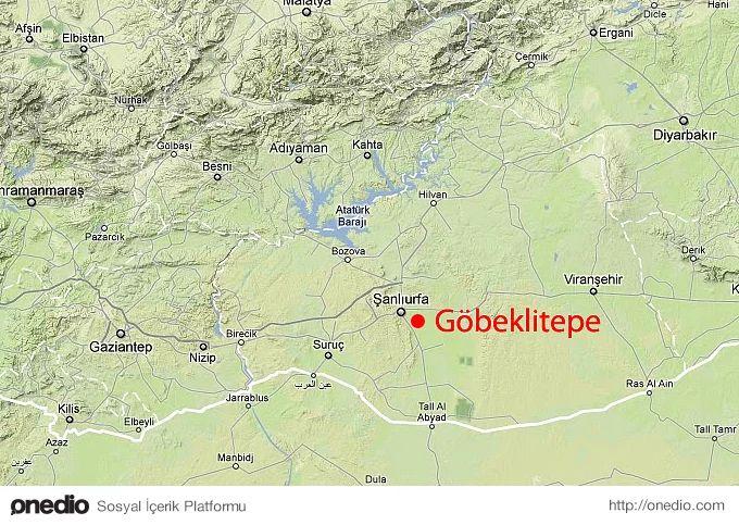 1. Göbeklitepe'nin coğrafi konumu: Göbeklitepe, Şanlıurfa'nın 20 kilometre kuzeydoğusundaki Örencik köyü yakınlarında, yaklaşık 300 metre çapında ve 15 metre yüksekliğinde geniş görüş alanına hakim bir konumda yer almaktadır.