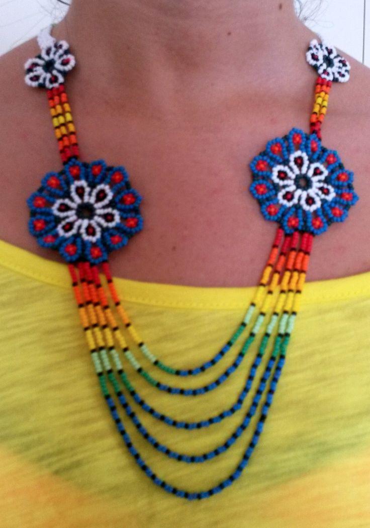 collar de piedras chaquiras realizado por la tribu Embera de Colombia @Wayuucolombia
