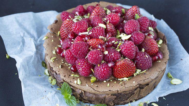 Saftig sjokoladekake med friske bær og pistasjnøtter
