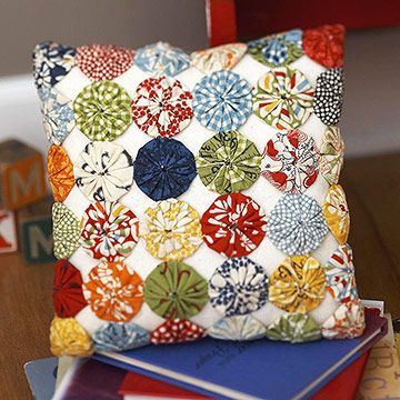 Colorful Yo-Yo Pillow: Crafts Yoyo Quilts, Colors Yo Yo, Ideas, Yo Yos, Yoyo Pillows, Fabrics Yo Yo, Yo Yo Pillows, Colorful Pillows, Fabrics Yoyo Crafts