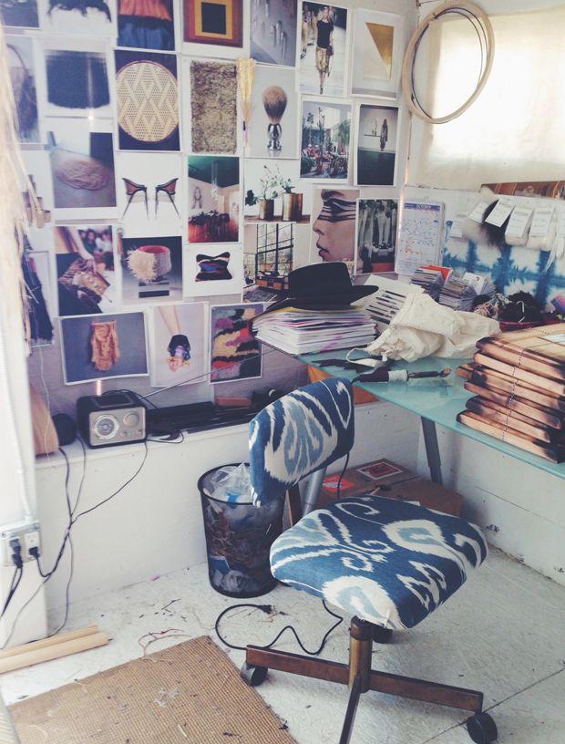 Un bureau chez soi avec un mur d'inspirations pour faciliter la création.