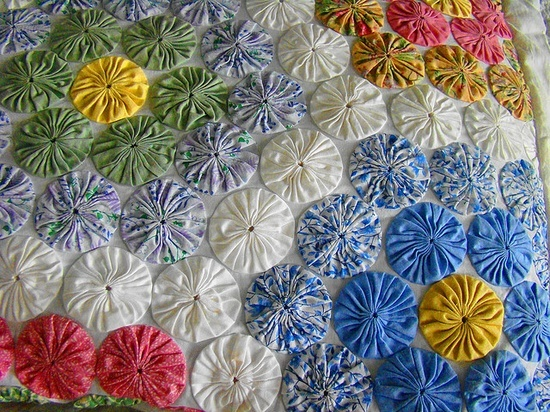 lots of yo yo quilt ideas with links back to the websites