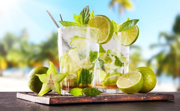 Salute: ci sono tante bevande rinfrescanti che possiamo bere senza sensi di colpa perché ci idratano, sono buone e possono aiutarci a perdere peso.http://www.sfilate.it/231164/5-bevande-ci-aiutano-ridurre-pancia