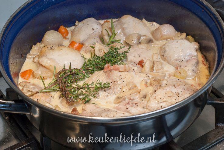 Ik ben dol op makkelijke stoofpotjes. Dit kippannetje met champignons en room serveer ik meestal in de herfst, maar smaakt eigenlijk het hele jaar door!