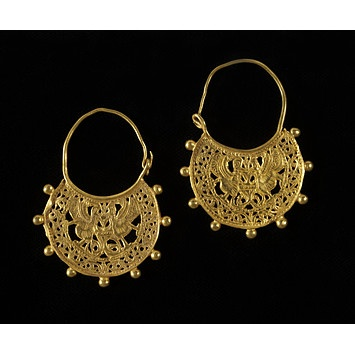 These kantharos earrings date to the 7th century