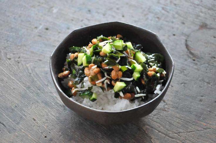 いちばん丁寧な和食レシピサイト、白ごはん.comの『生わかめのねばねば丼の作り方』を紹介するレシピページです。旬の生わかめを使った、シンプルな簡単丼ぶりレシピです。わかめに納豆ときゅうりとじゃこを使います。