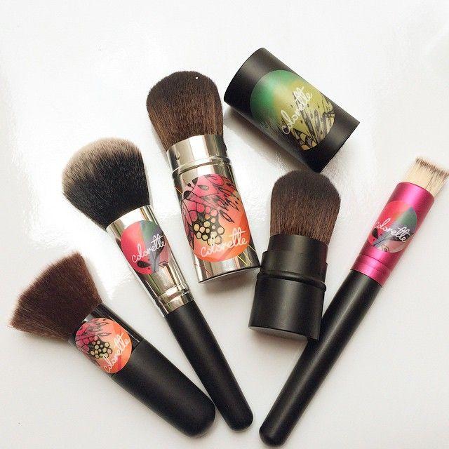 Brochas Colorette•  La aplicación del rubor y de tu maquillaje depende mucho de la brocha  con la cual lo apliques.  Todas nuestras brochas son de pelo artificial y suave que no genera alergias y no absorbe todo tu producto.