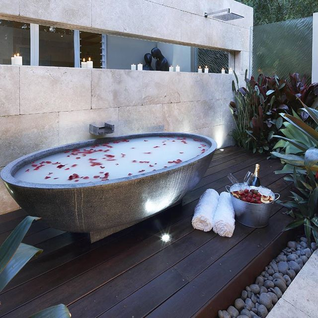Imagine having this outdoor tub in your backyard?? Tag your love ❤️ by Dean…