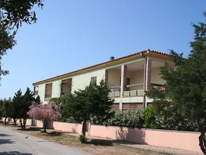 """Tanca della Torre  Residentie """"Tanca della Torre"""" van 2 verdiepingen. 150 m van het centrum 200 m van zee. Parkeerplaats. Levensmiddelenwinkel restaurant 150 m zandstrand strandbad 300 m. Let op: De afgebeelde foto is slechts een voorbeeld. Bij deze accommodatie zijn meer vergelijkbare woningen te huur. De residentie bevindt zich naast het complex """"Borgo Spiaggia"""" en bestaat uit geschakelde huizen van 2 verdiepingen. De appartementen beschikken over een veranda/balkon of binnenplaats.  EUR…"""